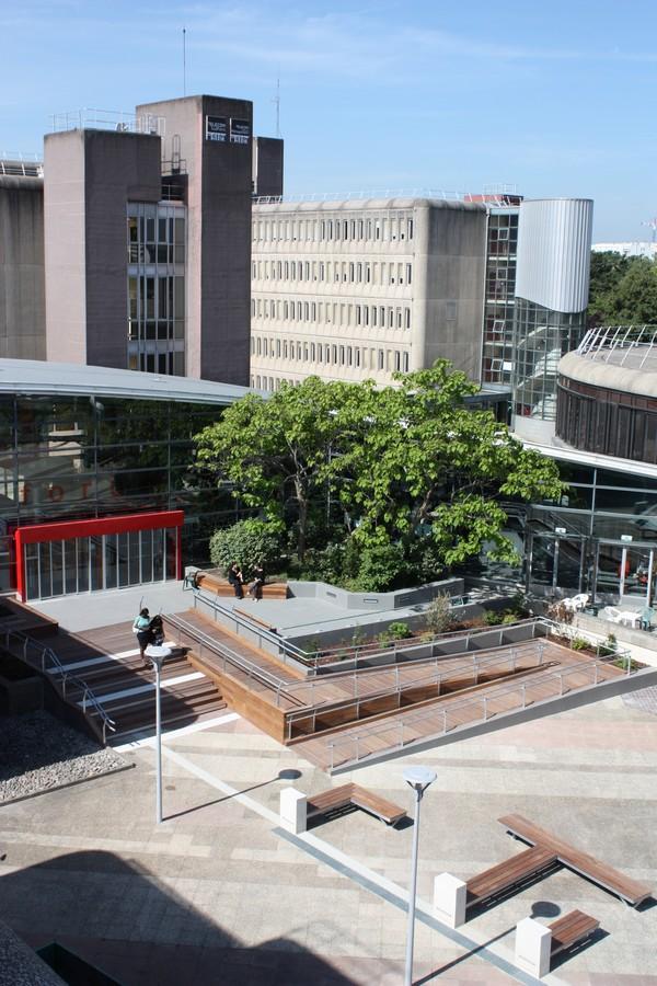 Rampe d'accès handicapés sur le campus de Télécom SudParis