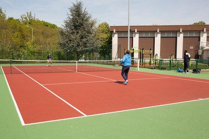 Un des courts de tennis de Télécom SudParis