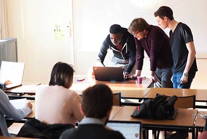 Etudiants travaillant en groupe
