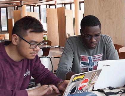 Etudiants dans l'espace de co-working