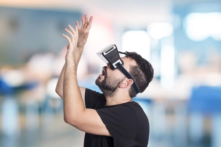Homme découvrant la réalité virtuelle