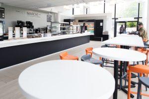 Table, chaise et comptoir du délimarché, cafétéria de Télécom SudParis
