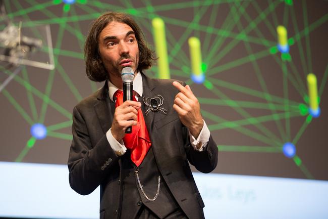 Cédric Villani expliquant son rapport sur l'Intelligence Artificielle