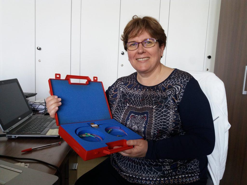 Catherine Lepers avec le prototype de N-GREEN, un réseau optique éco-conçu.