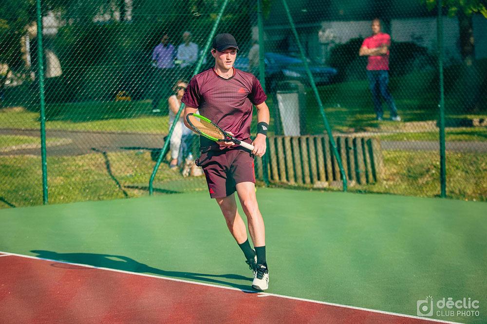Joueur de tennis en polo rouge lors de l'open IMT 2018