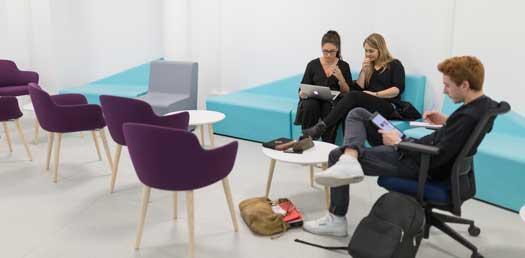 étudiants sur canapé dans salle lounge Nova