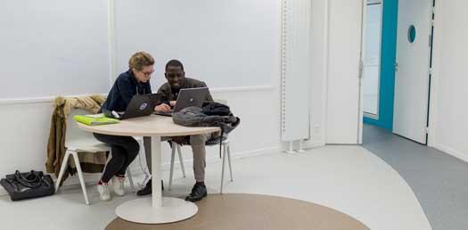 étudiants avec informatique salle de co-working nova